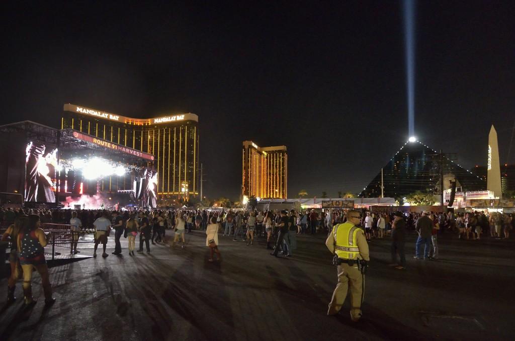 """MCX02 LAS VEGAS (ESTADOS UNIDOS), 02/10/2017.- Vista general de uno de los escenarios del festival de música """"Route 91. Harvest"""", en las Vegas, Estados Unidos, el 30 de septiembre de 2017. Ráfagas de fusiles automáticos en el festival desataron el pánico en la madrugada de hoy, 2 de octubre de 2017, y la Policía ha pedido a los asistentes que abandonen la zona, donde se presume puede haber numerosas víctimas. EFE/Bill Hughes/Las Vegas News Bureau/CRÉDITO OBLIGATORIO/SÓLO USO EDITORIAL/PROHIBIDA SU VENTA/NO ARCHIVO"""
